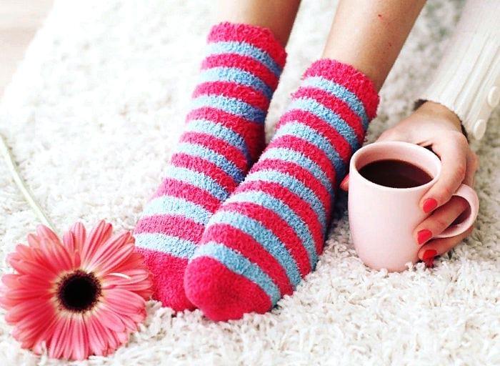 полосатые носки, чашка чая в руке, цветок