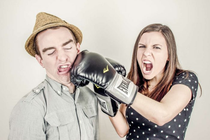 агрессивная девушка бьет парня
