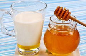 Тёплое молоко с ложкой мёда и имбирём