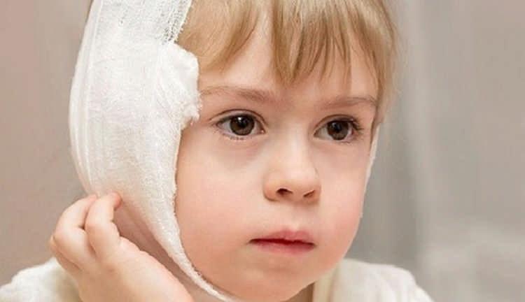 Почему у ребенка болит ухо, что делать и как лечить